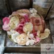 Kör alakú ajándékdoboz selyemvirággal
