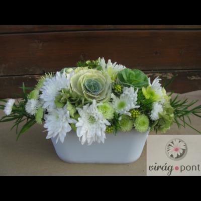 Fehér és zöld virágos asztaldísz