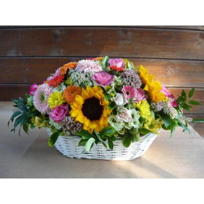 Asztaldísz színes virágokból